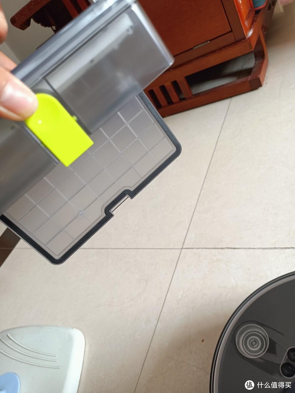 尘盒,这个可以单手打开,清理比较方便,好评 比起x95需要两个手用力扣开这个使用体验就好太多了