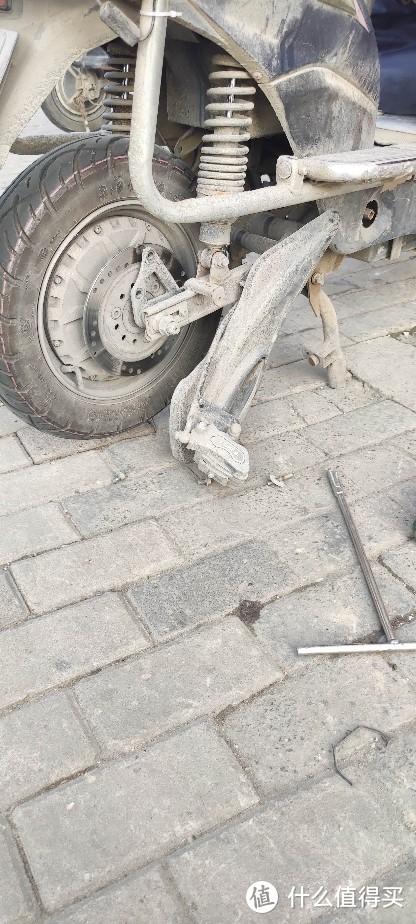 电动车突然后轮嘎嘎响?原来是要换碟刹的刹车皮和刹车弹簧换新维修