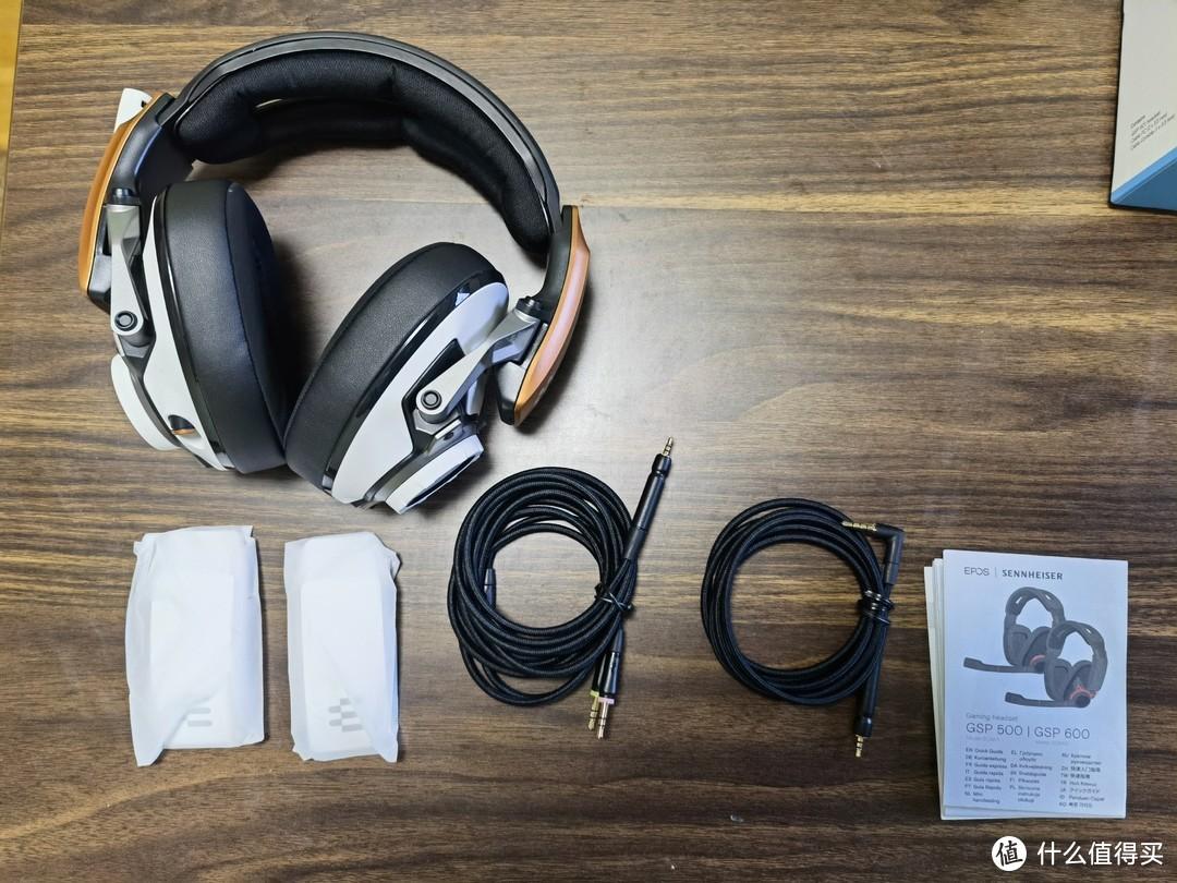开箱全家福,耳机,PC线,2.5mm音频线,两个装饰片