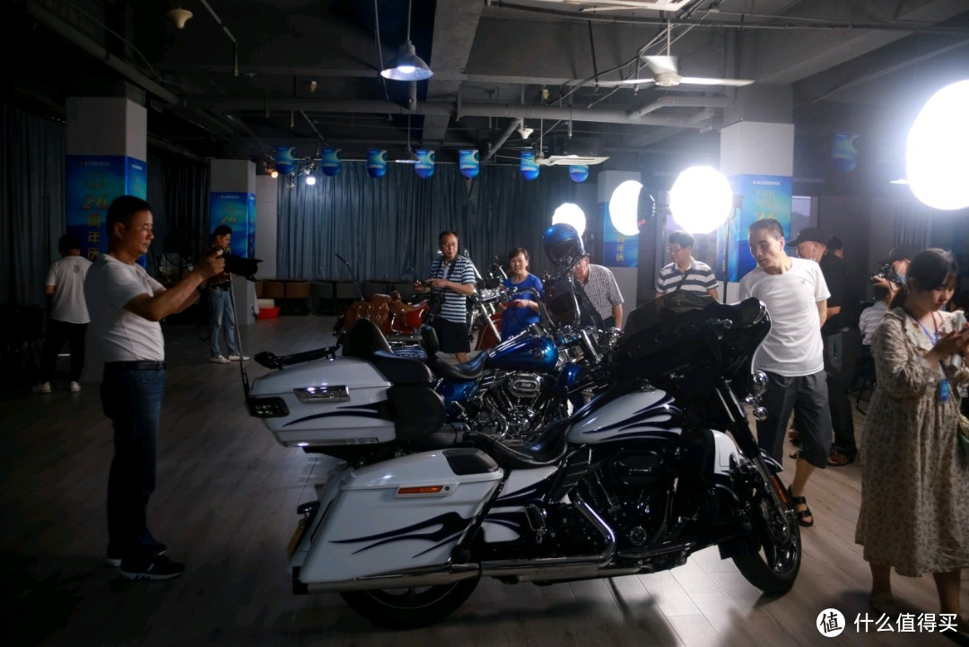 然后大家还拍了超贵的摩托车