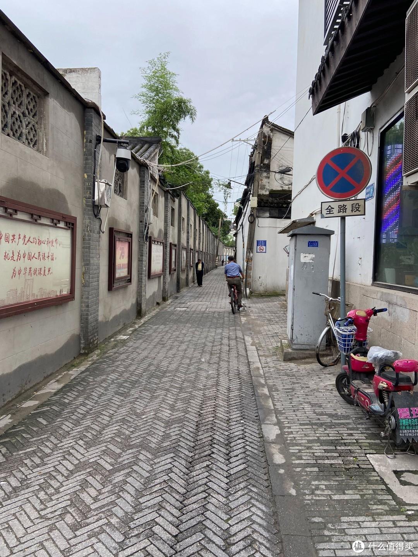 老年人旅游,散步在苏州街头