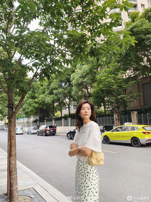 明星背啥包Vol.15:刘雯近期私服穿搭,谁看了不说一声绝