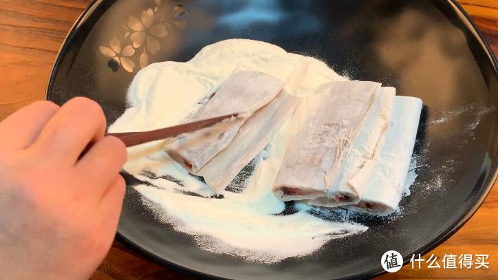 炸鱼别只加淀粉了,教你1招,外酥里嫩还不腥