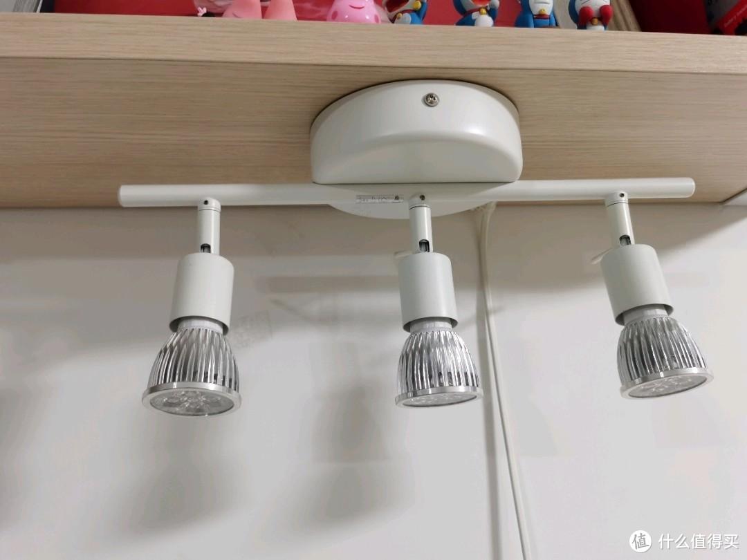 宜家的射灯架,和桌板一起买的,在老马家配了白光灯泡