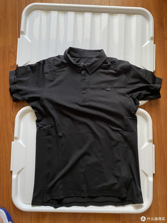 鸟标在胸口小布签上,整体衣服拼接感很明显,再加上采用的技术面料,整体给人感觉这就是一件速干衣服的polo版本
