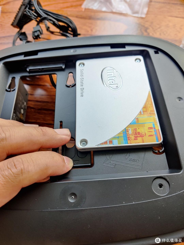 安装硬盘,滑进去就行,太近了难滑出来……这个问题留给未来拆机的我去解决吧