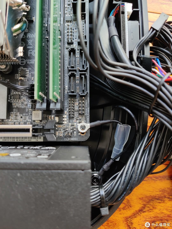 安装主板,塑料机箱,所以这里需要把接地线压在螺丝下面