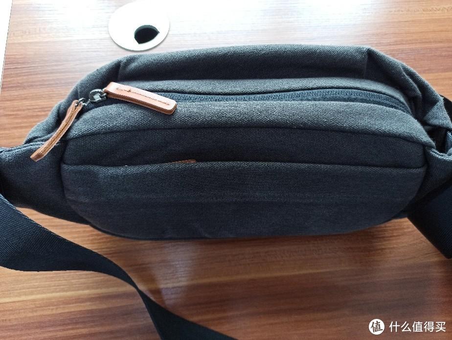 这个是胸包的上视角。有前中后三个拉链袋。