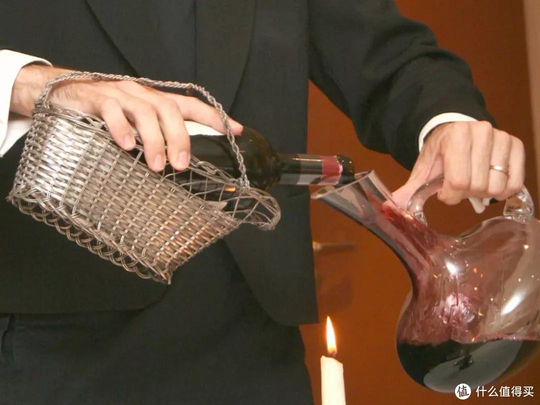 (总结来说,红葡萄酒中的老酒、厚重酒,和白葡萄酒中的肥厚型霞多丽需要醒酒)