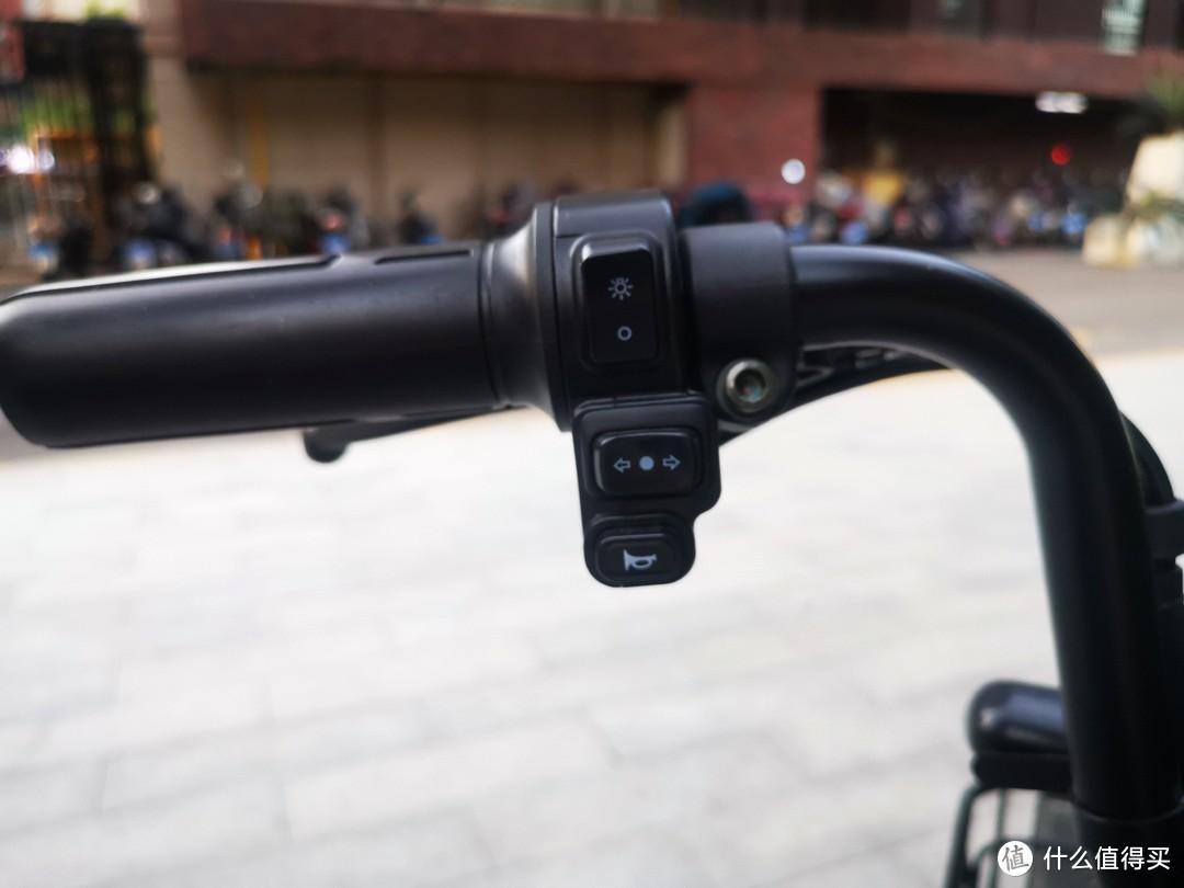 大灯、转向灯、喇叭控制按键都在左手,再吐槽一下,这个大灯按键很容易误开。