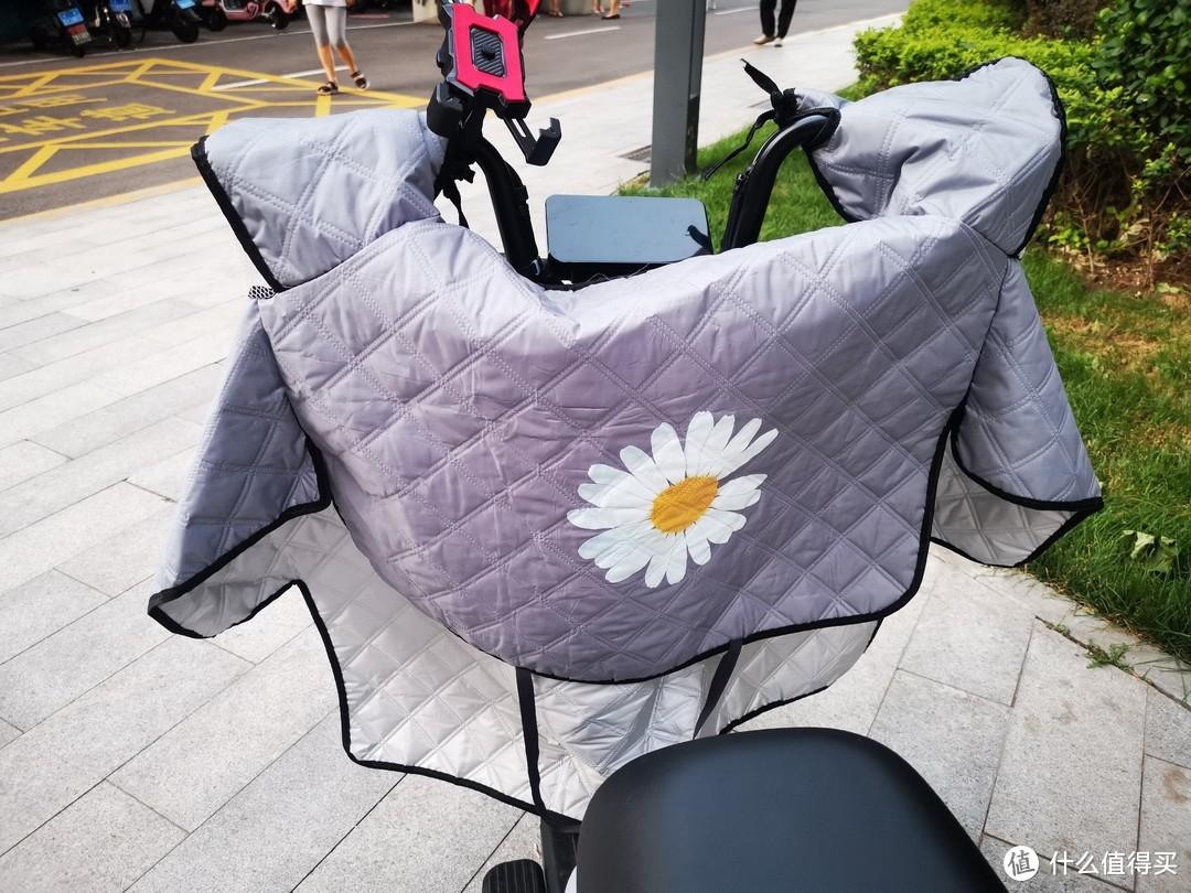 母上大人送的风挡,这个北方还是必须要有,骑电动车膝盖还是要得注意保暖。