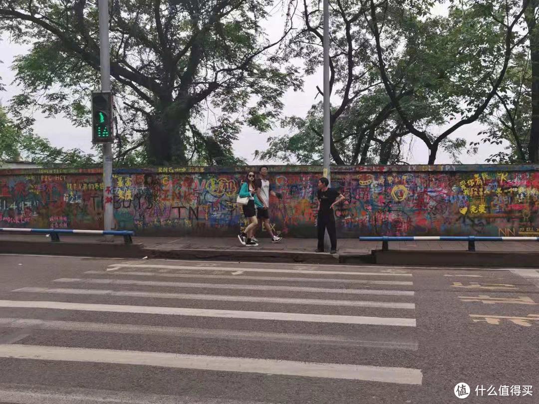 追星女孩必打卡的重庆一条街——黄桷坪涂鸦艺术街