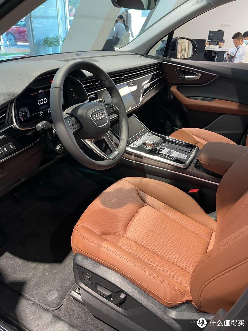 豪华版比基础版多了仪表台真皮、座椅通风和B&O音响,必备的舒适性配置。