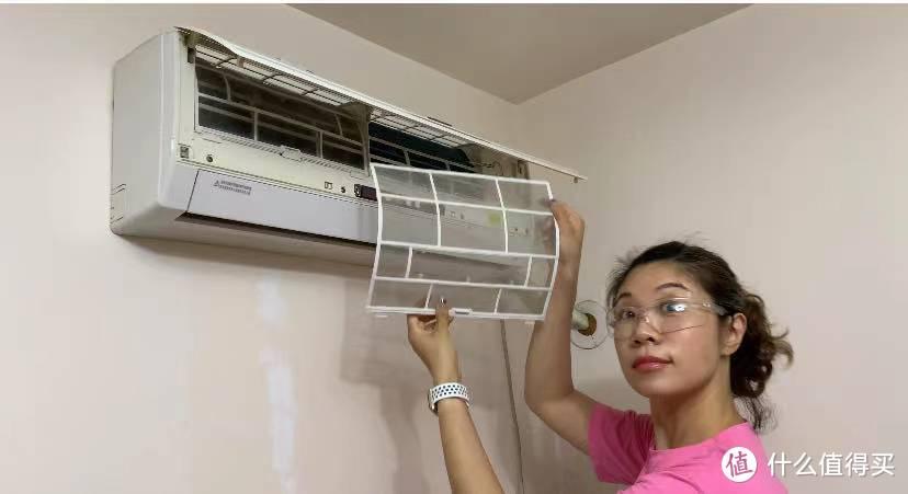 大力少女清洗8年老空调,只花30块钱的清爽一夏攻略