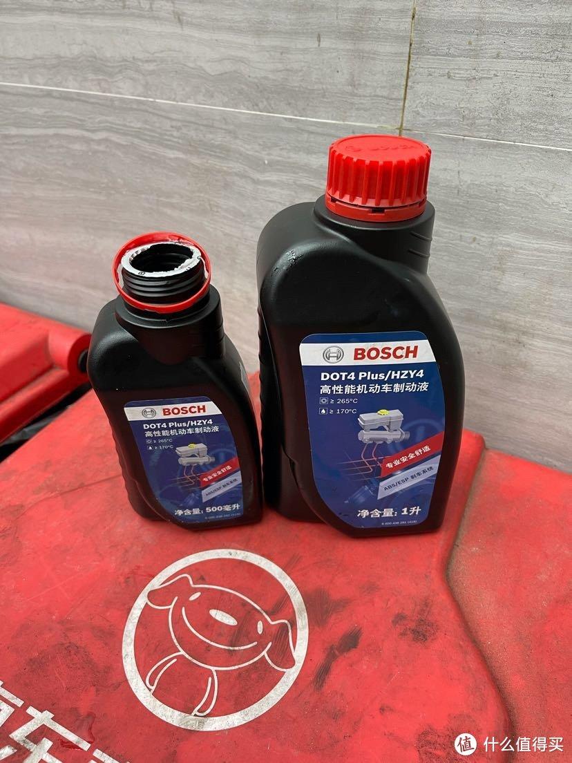 博世1L刹车油套装123,重力放油是够的,但是用换油机的话就要多买0.5L,换得更彻底一些。
