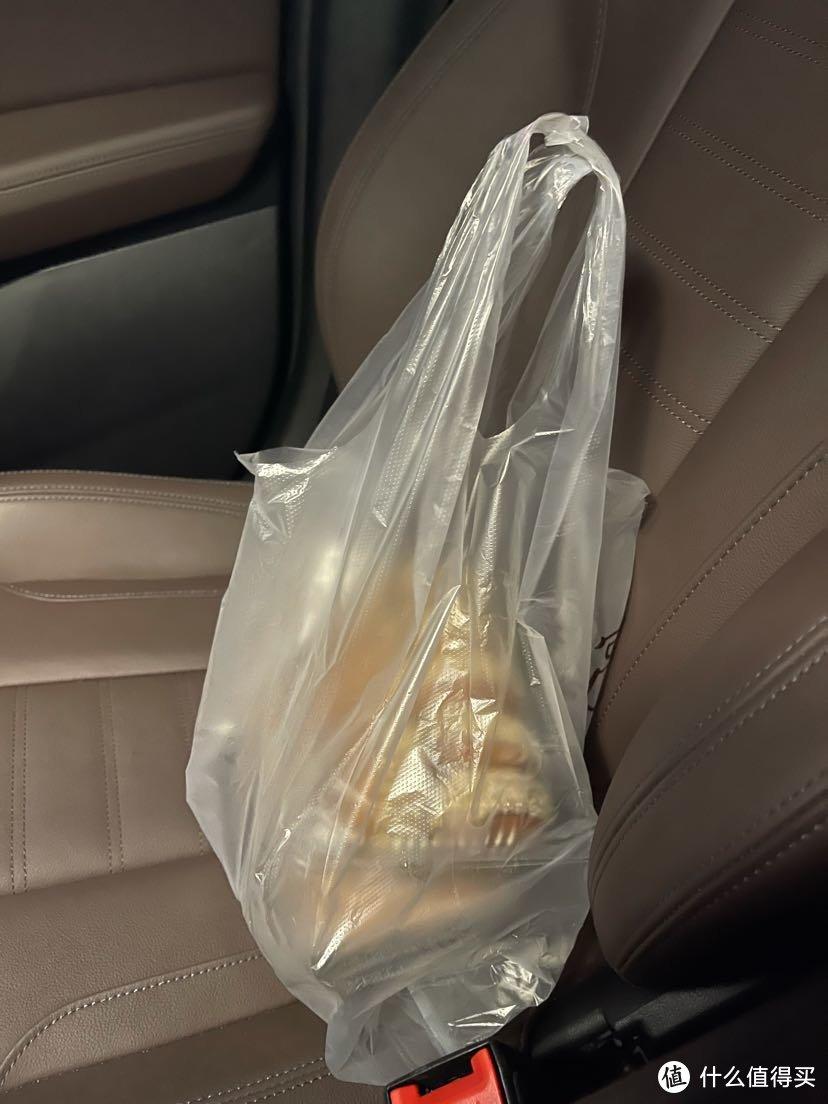 修车那几天,深圳宝安区因为疫情管控禁止餐厅堂食,打包了几块绿豆饼加上牛奶当晚饭,凑合一顿。