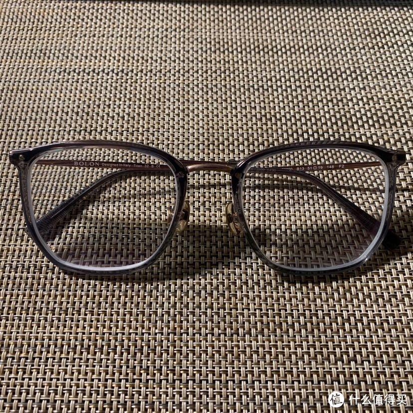 给眼镜单独来个特写,镜框防伪也查过了,没有问题