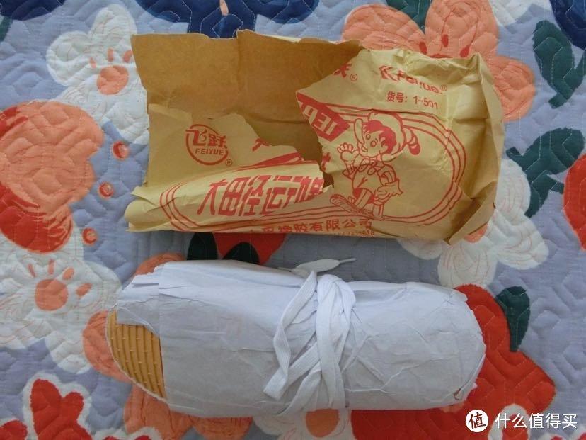 鞋子和包装纸。