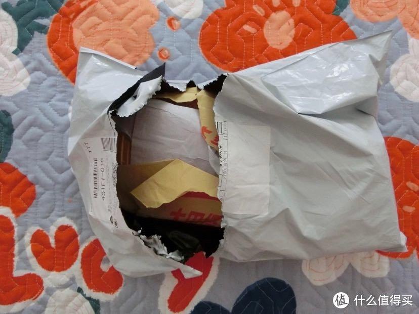 撕开个口,发现鞋子包装纸已经被摔破了。