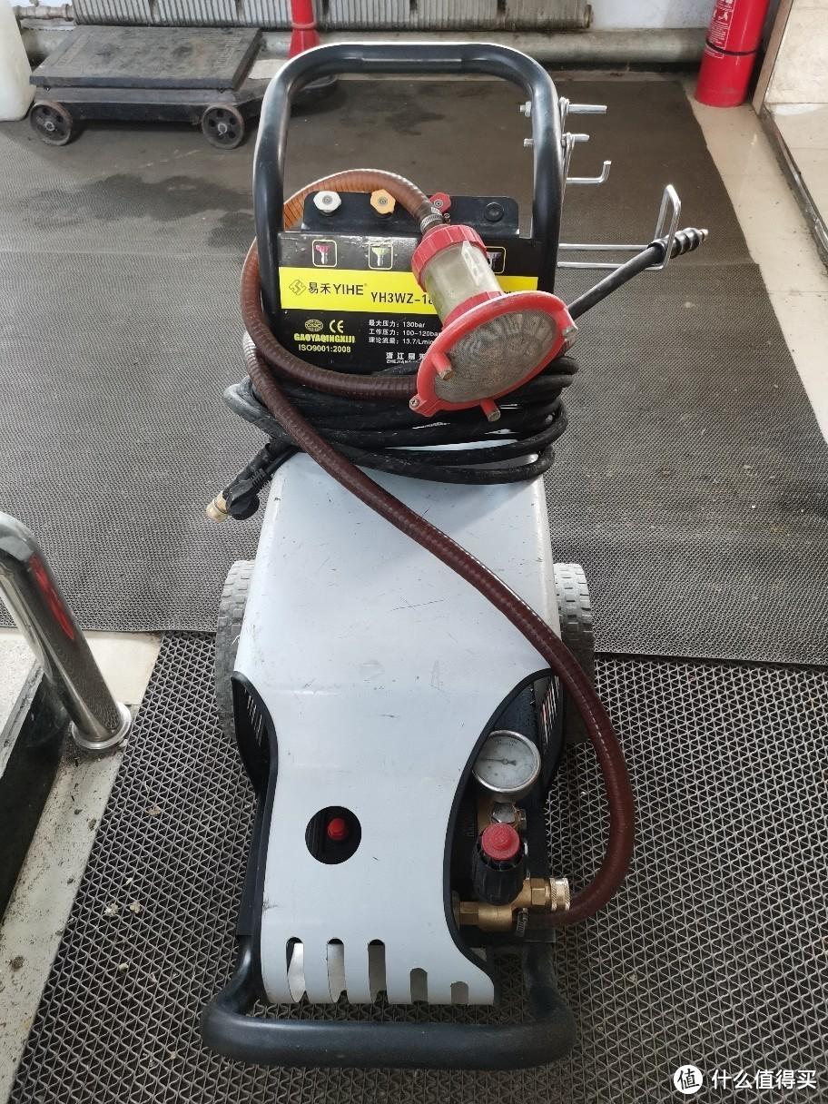 这台是工厂的大功率水泵,它的水压是目前我经手的刷车机最强的,经常放在工厂里冲刷车间地面和外墙面