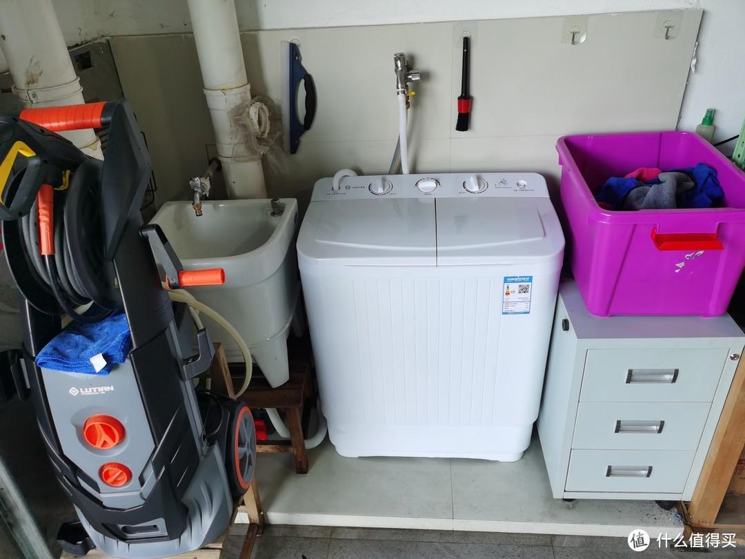 这就是我存放洗车设备的一角,从左到右依次是洗车机,水池,洗衣机,毛巾收纳箱,耗材配件抽屉柜