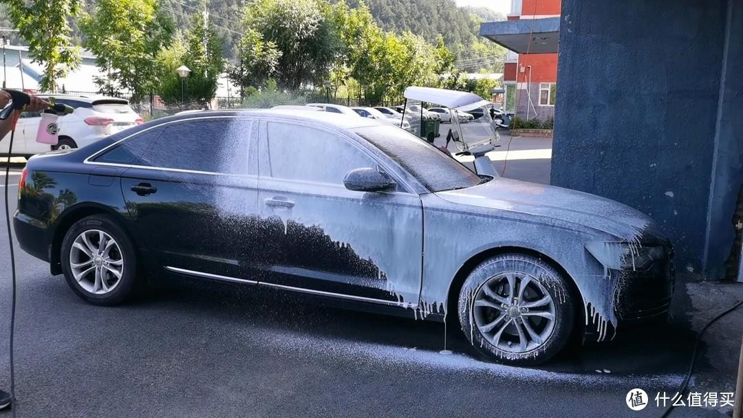 可以看到,未打泡沫的车身部位并不脏,这就是三天刷一次车的效果