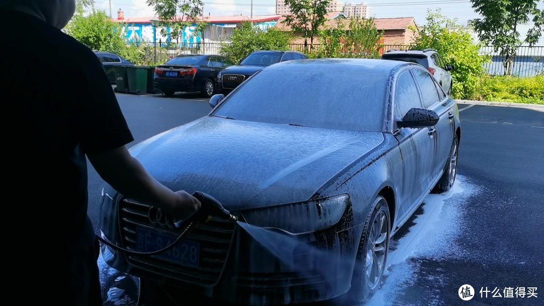 虽然泡沫不是很浓密,但这样的流挂效果对于污渍的软化也有不错的效果