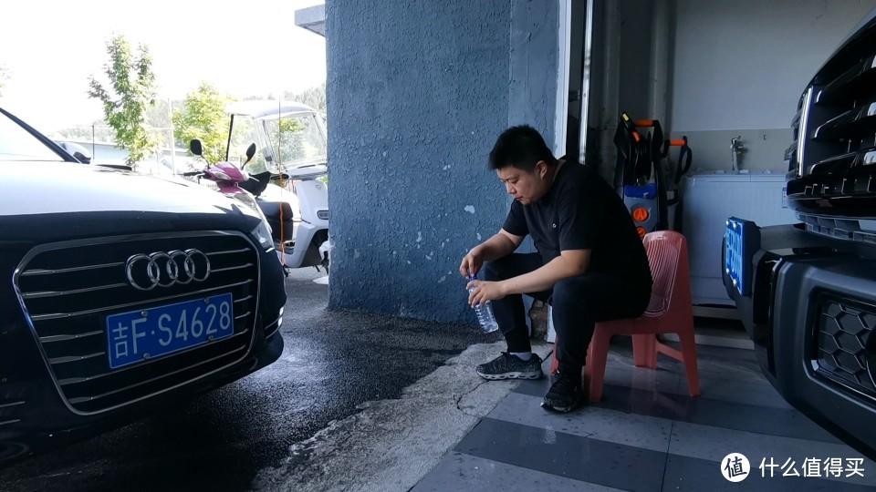 洗完车坐在库门口喝点水