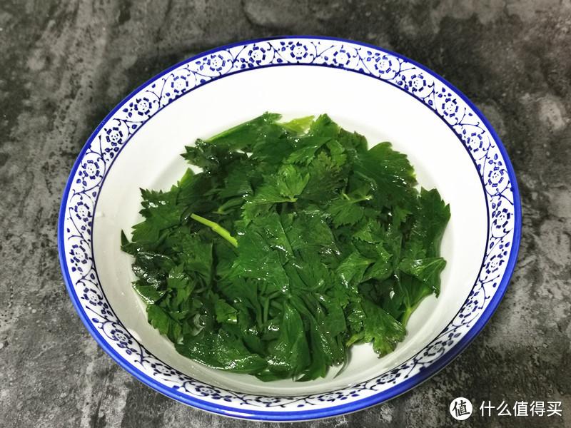 把芹菜叶的老叶子挑出来,只取鲜嫩一些的叶子洗干净,锅中烧开水,倒入几滴食用油,一点盐,放入芹菜叶汆烫变色后捞出,过下凉水,撰干里面的水分,放在碗中备用,汆烫芹菜叶也是头天晚上要准备好的;