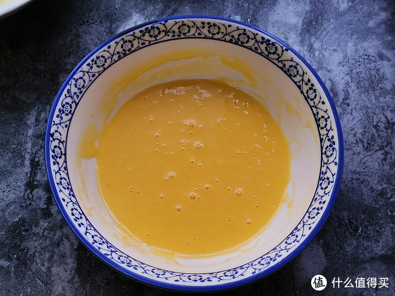 筛入低筋面粉,采用翻拌或压拌的方式拌至无颗粒,细腻顺滑的状态;