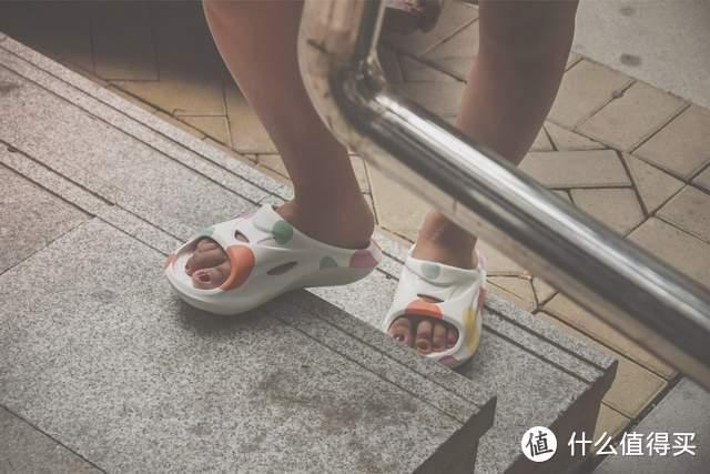 运动累了换拖鞋,这只拖鞋脚感比李宁还强,咕咚减震舒缓修复拖鞋