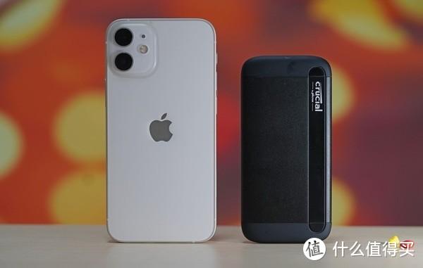 (与iPhone 12 mini的体积对比,还是相当小巧便携的)