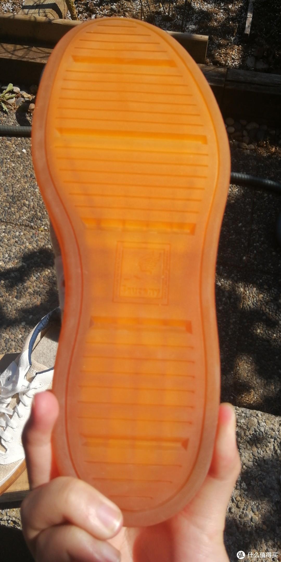 天然橡胶鞋底,除了防滑纹路外只有个正方形标