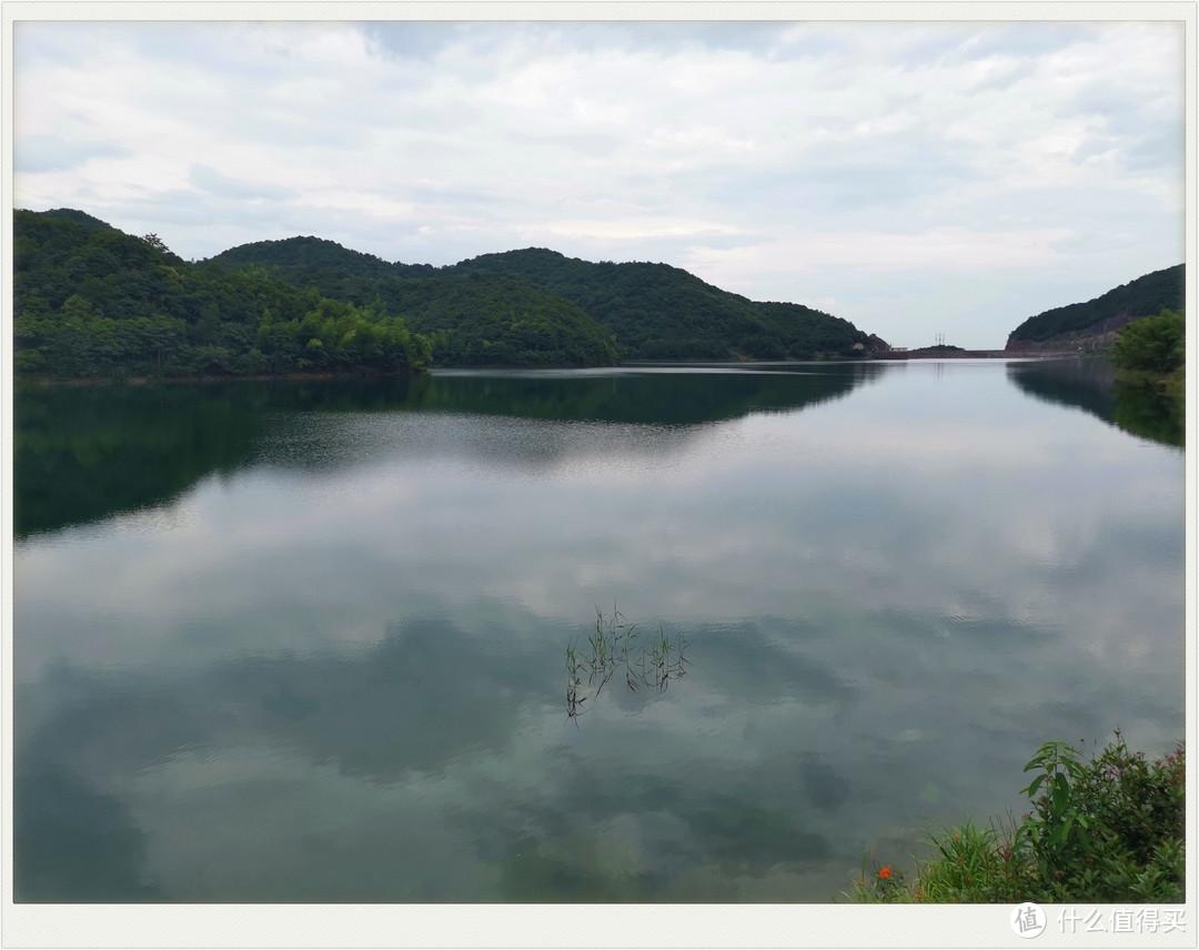 湖水特别清澈