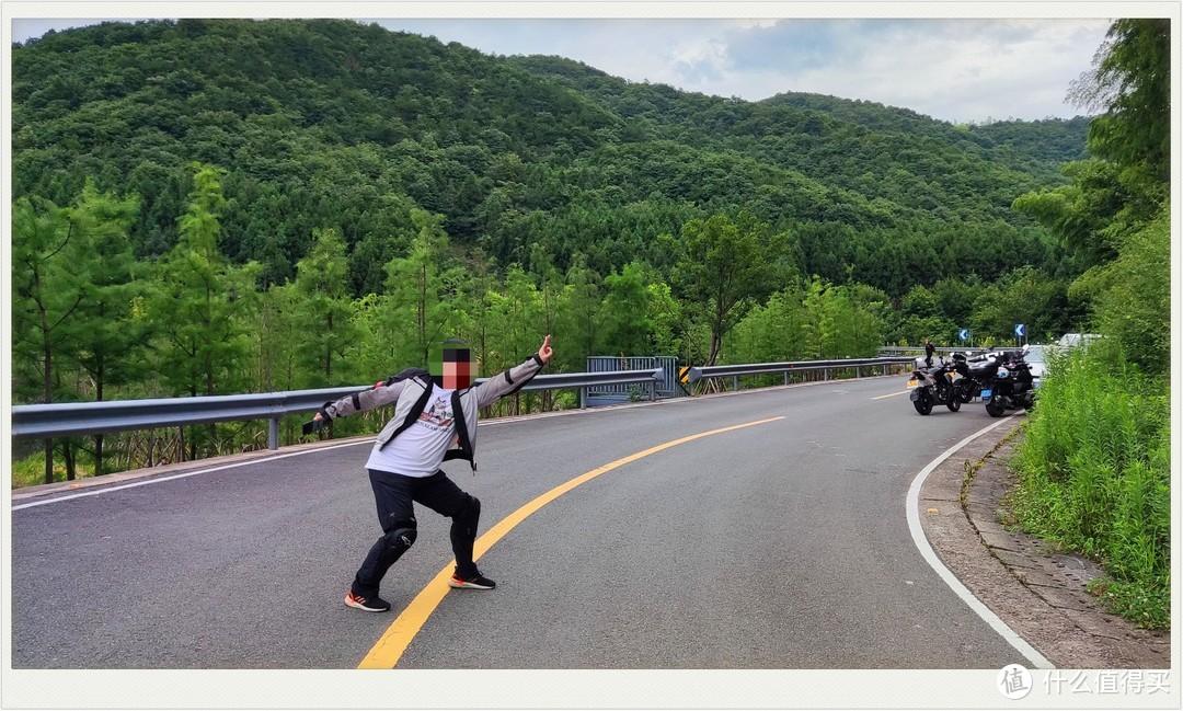 脸笔记丑还是马赛克吧       这里说下拍这照片的时候很安全 观察了没有车子才拍的,拍好马上就走开了