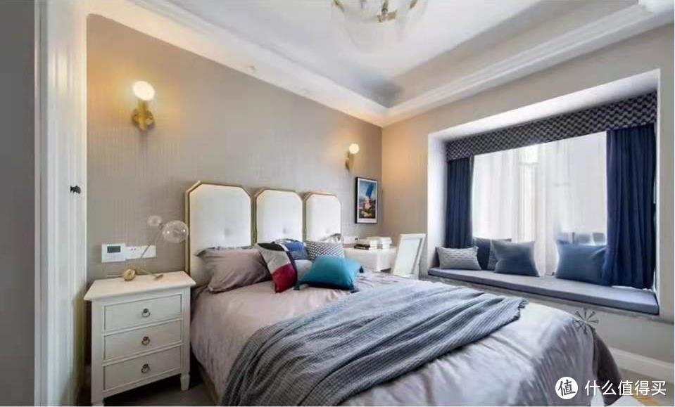 146㎡美式轻奢三居室,浅灰与白色的木饰面背景墙,增加空间时尚感