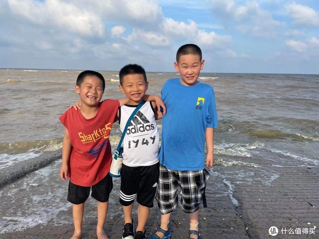 和朋友的孩子在海边