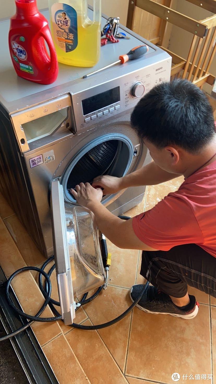 滚筒洗衣机就对着胶条里面冲冲冲