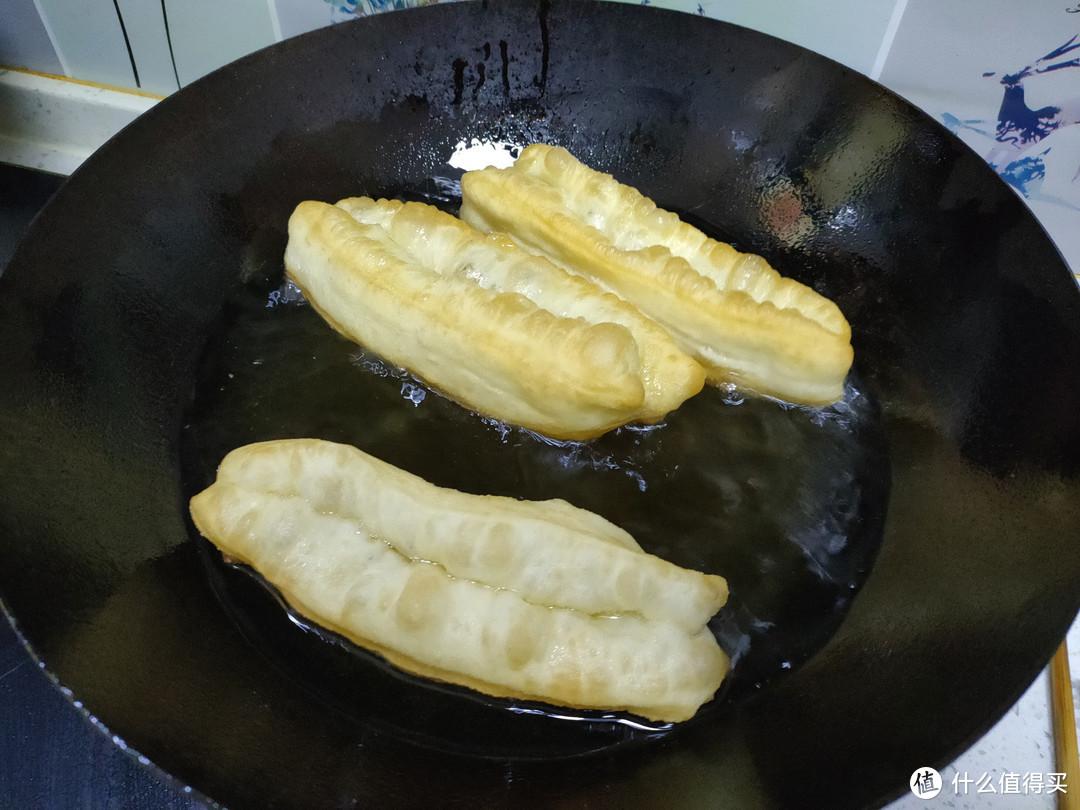 炸油条想要蓬松酥脆,有人加鸡蛋、有人加酵母粉,其实都不正确