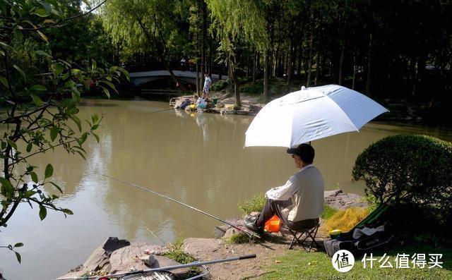 夏季大雨后外出钓鱼,蚯蚓好还是饵料好?老钓友:能诱鱼聚鱼最好
