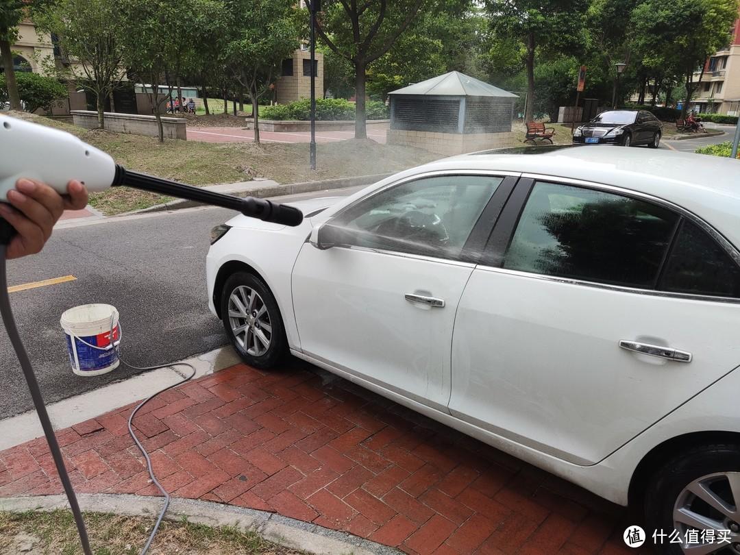 最后换成清水冲洗车子表面的泡沫。
