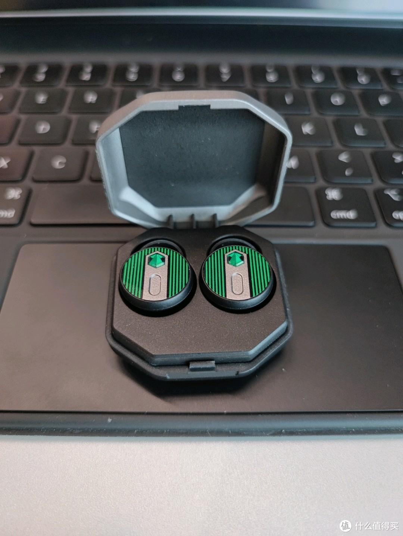 入手的第一感觉就是真小巧 背景是iPad11寸妙控键盘的触控板 可见有多小