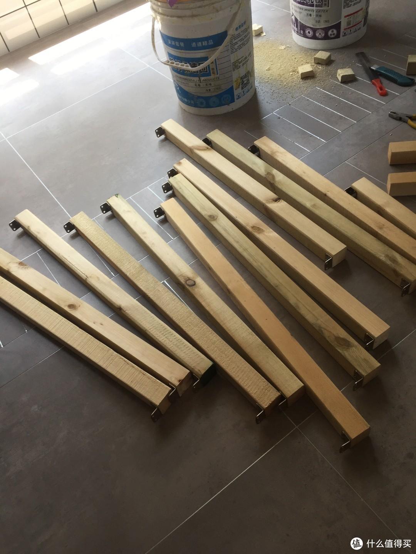 裁好的短木方两头配上角铁,用来和主要的几根长木方连接
