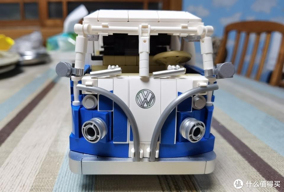 车头还设计了雨刮器小细节,大灯采用了两个轮毂零件代替显得有点突兀。