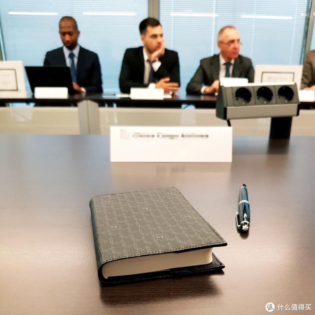 会议记录,小巧的本子只记会议重点