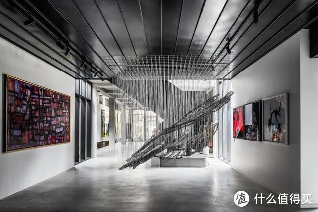 没人要的仓库,被他改造成400㎡豪宅,里面的私人画廊太大气了!