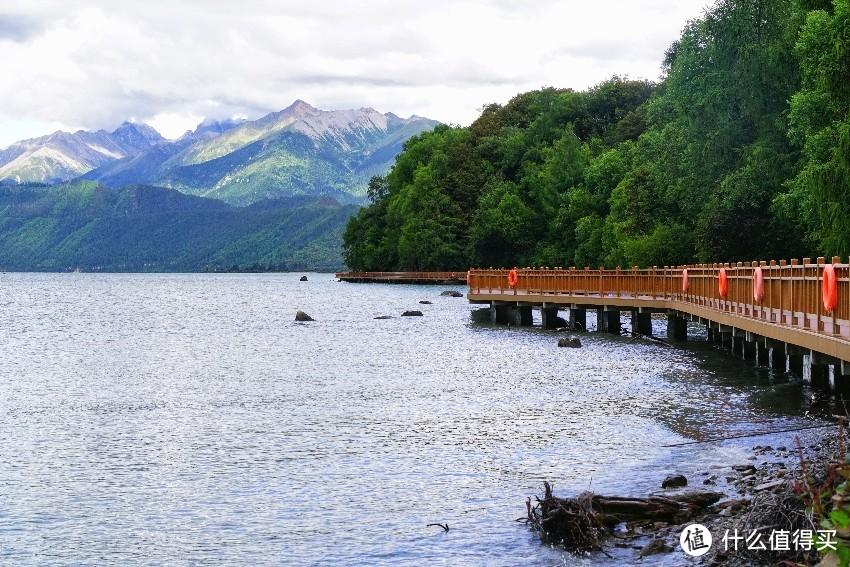 湖边栈道,散散步也是不错的选择