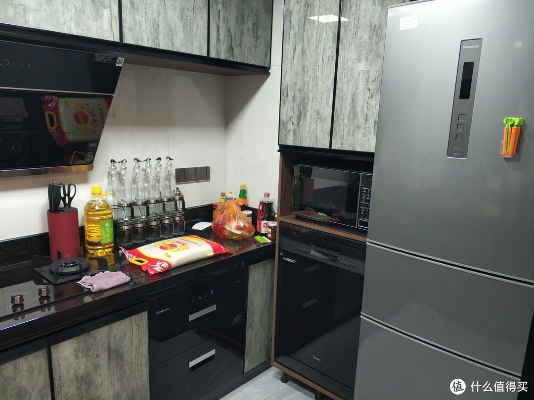 厨房另一边,洗碗机在另一边比较麻烦,还是得在水槽边好点