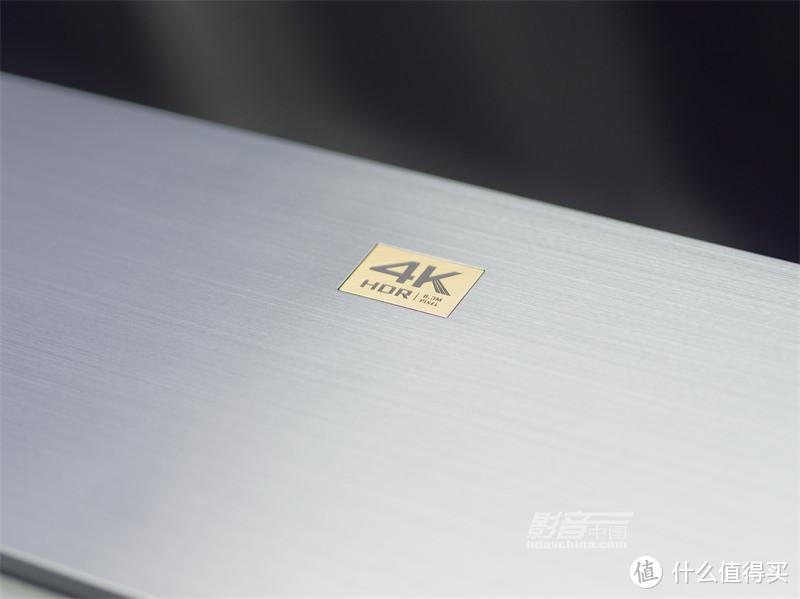 """在金属电动滑门的上方,依然看到那个醒目的""""4K HDR以及830万像素""""金漆""""招牌"""""""