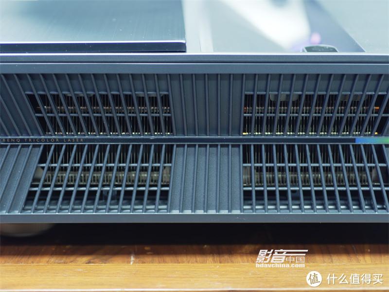 从机身两侧的散热孔窥看进去,能够发现机身内部采用了大面积的热管式鳞片散热系统,以确保机身长时间稳定工作的同时也能维持较低的运行噪声